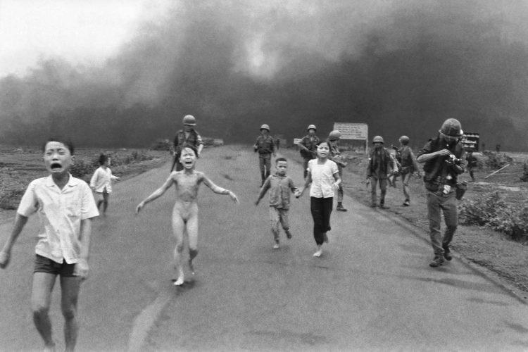 Foto famosa de una niña huyendo desnuda por un bombardeo en Vietnam