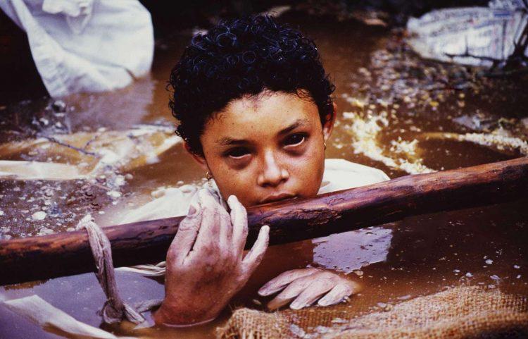 Famosa foto de Omayra Sanchez poco antes de morir enterrada en lodo y fango