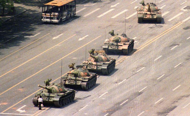 Famosa foto de la Plaza de Tianamen con el estudiante y los tanques