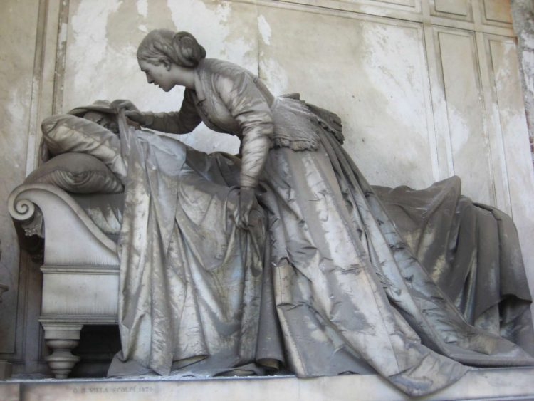 Cementerio Monumental de Staglieno, mujer destapando sábana