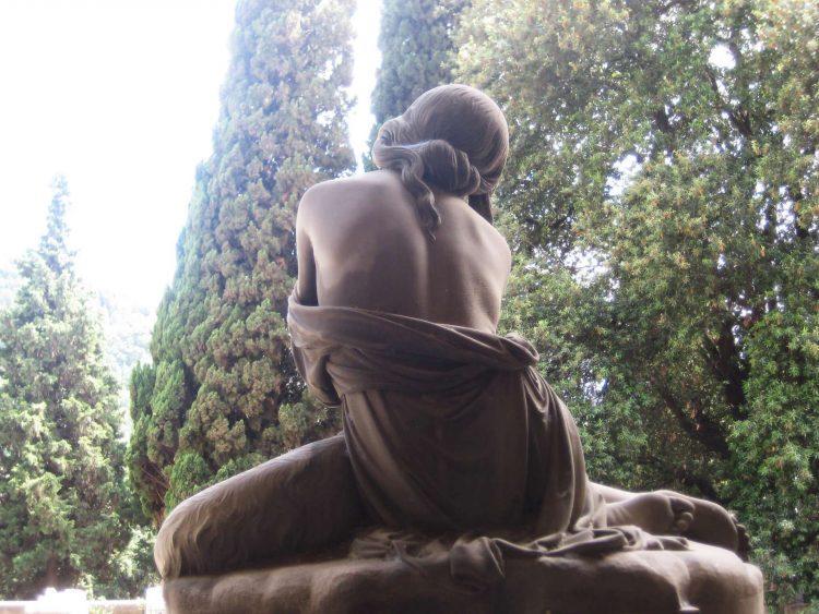 Cementerio Monumental de Staglieno, mujer de espaldas