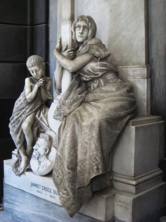 Cementerio Monumental de Staglieno, niño y madre suplicante.