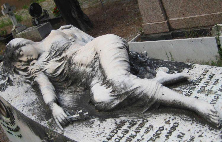 Cementerio Monumental de Staglieno, mujer durmiente sobre tumba